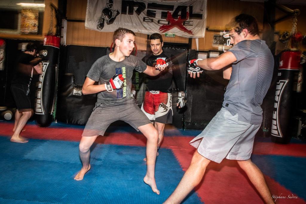 Deux jeunes boxeurs au combat