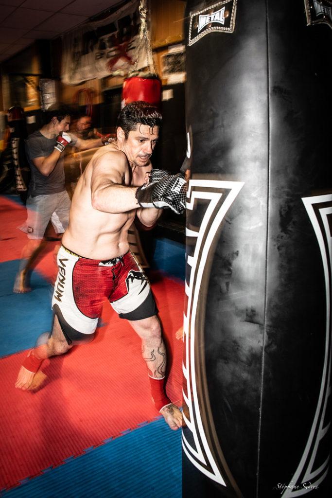 Boxeur frappant son sac d'entraînement