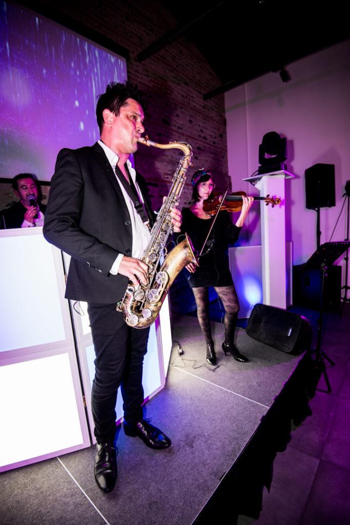 Le saxophoniste Sam, lors du mariage au Manoir de prince