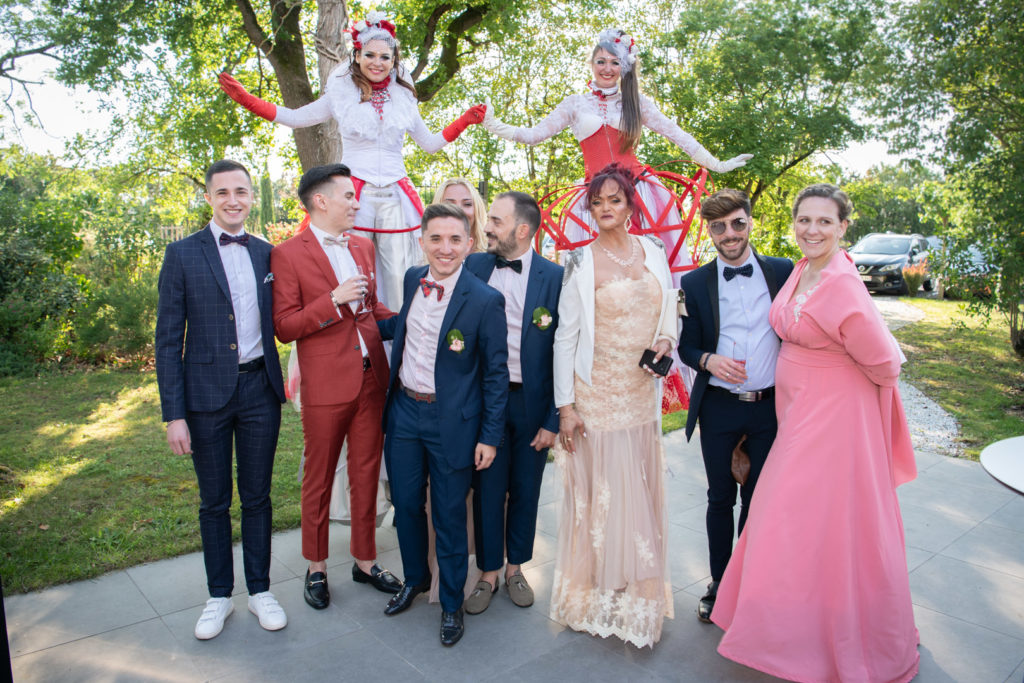 photo de groupe avec Emmanuel et Kevin lors de leur mariage au Manoir du Prince