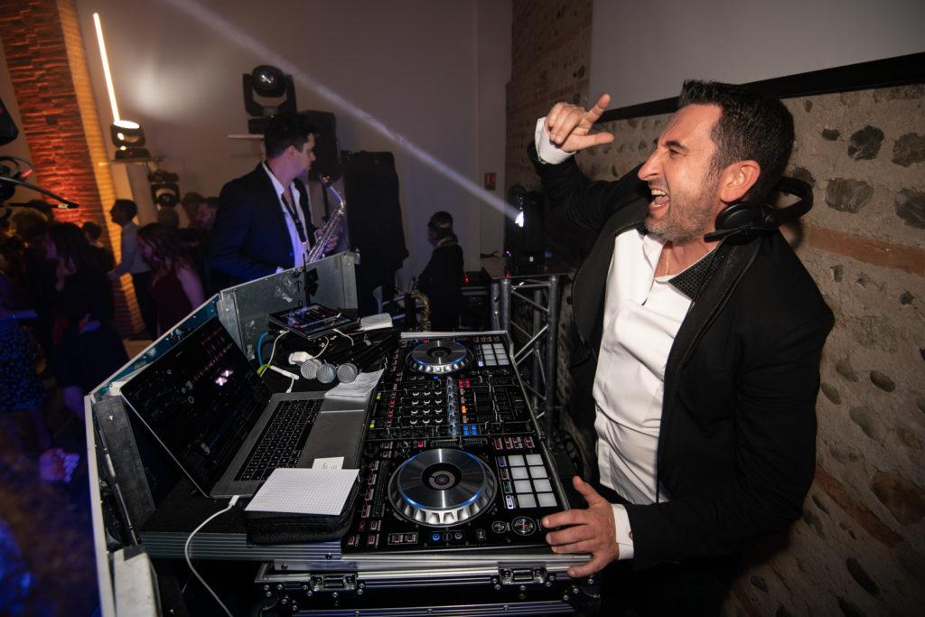 Le DJ Mickael Ainouz, mikmusic.fr anime une soirée de mariage