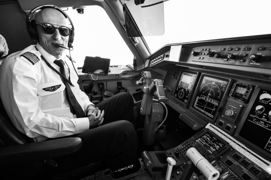 Pilote de ligne dans le cockpit, photo noire et blanche